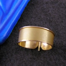 18k gold cartouche ring with embossed frame (personalized gifts)